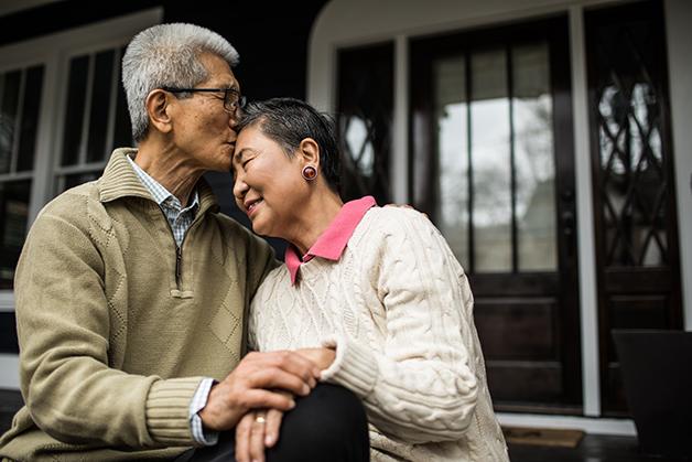 Casal de idosos trocando afeto