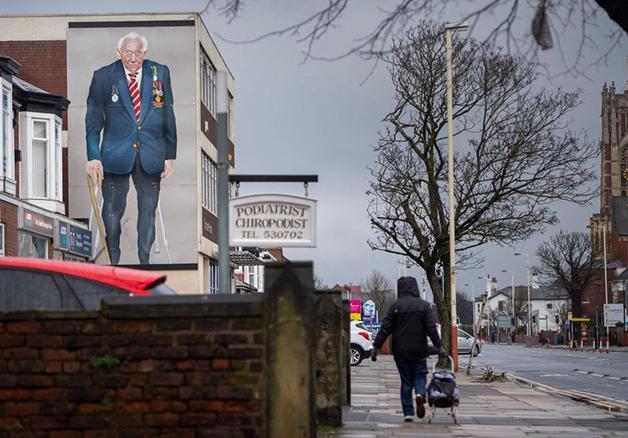 Desenho em homenagem ao Capitão Sir Tom Moore nas ruas de Londres
