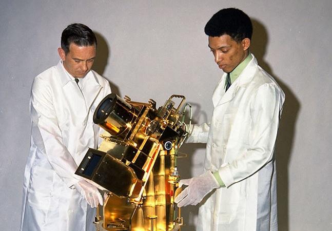 George Carruthers, um dos primeiros astrofísicos negros da NASA, cujo telescópio inovador está na lua