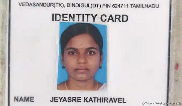 O cartão de identificação de Jeyasre Kathiravel na fábrica