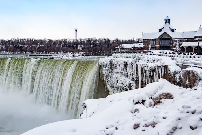 Cataratas do Niágara aparecem congeladas por frente fria em registros incríveis