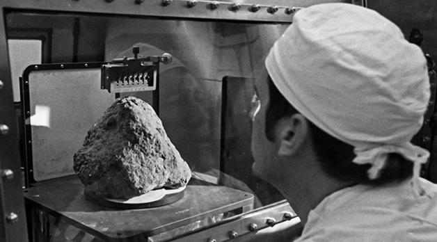 Cientista examinando a rocha 14321