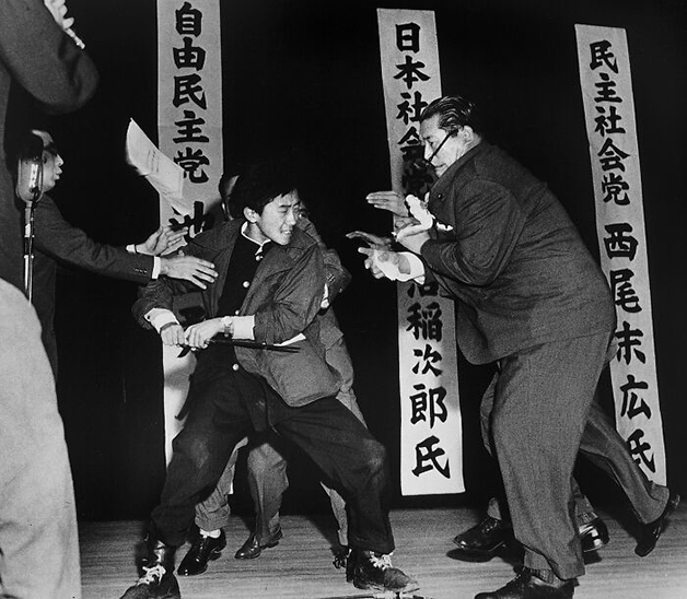 """""""Tokyo Stabbing"""", foto de Yasushi Nagao (1961)"""