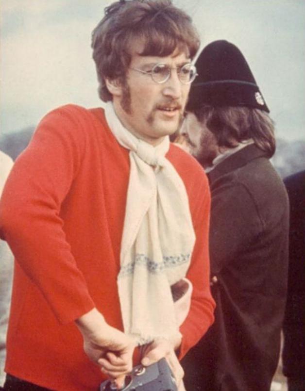 """John com George ao fundo durante as filmagens do vídeo de """"Strawberry Fields Forever"""", filmado em 1967"""