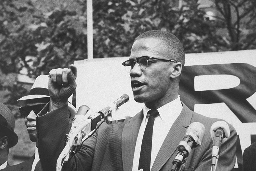 Foto mostra Malcolm X durante um discurso
