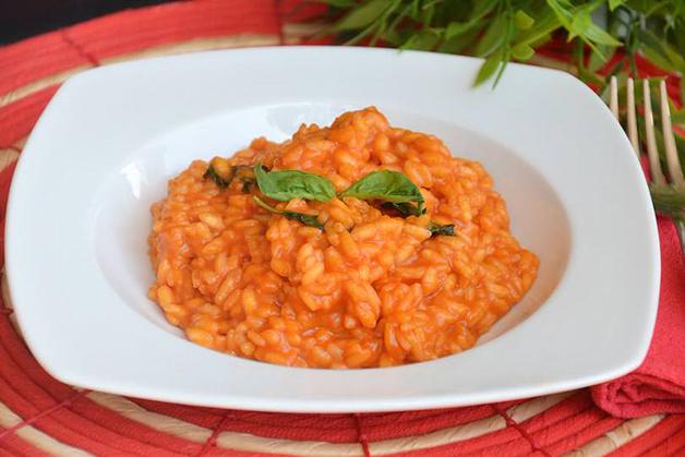 Prato de risotto de tomate