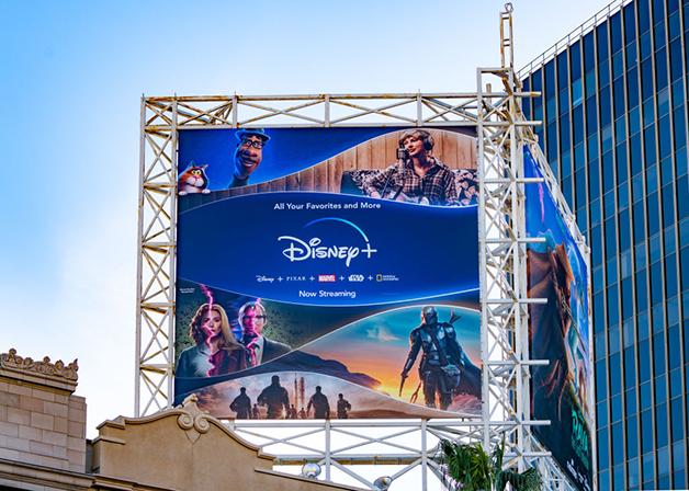 Outdoor em Hollywood, na Califórnia, divulgando a plataforma Disney+
