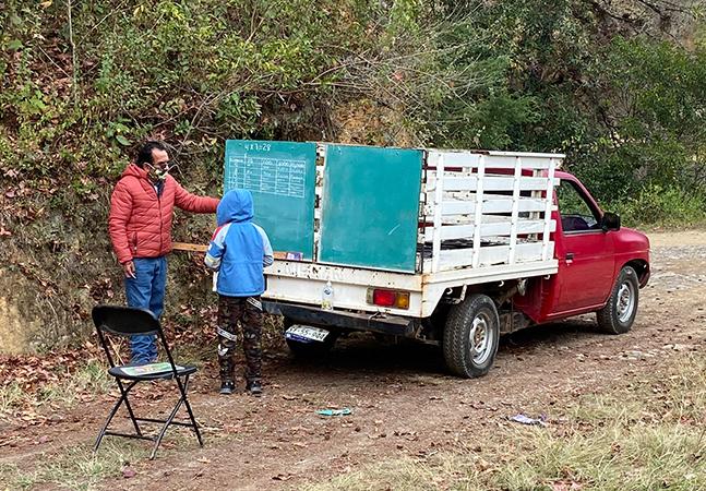Professor improvisa lousa em caçamba de caminhão para dar aulas em região isolada do México
