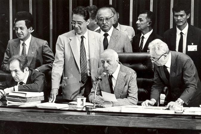 'Ódio e nojo à ditadura': a fala histórica de Ulysses Guimarães ao promulgar a Constituição