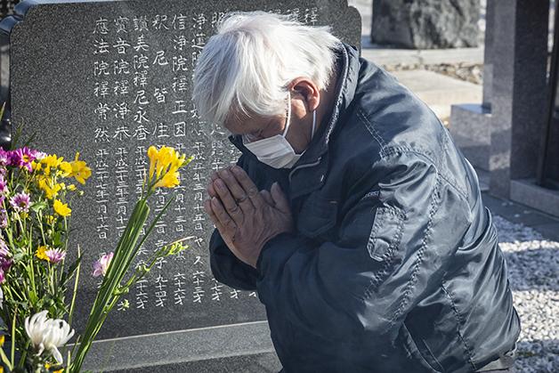 Takao Fujisaki, que perdeu a filha e o neto no acidente em 2011, reza diante de um túmulo em Namie no último dia 11 de março, quando a tragédia completou 10 anos