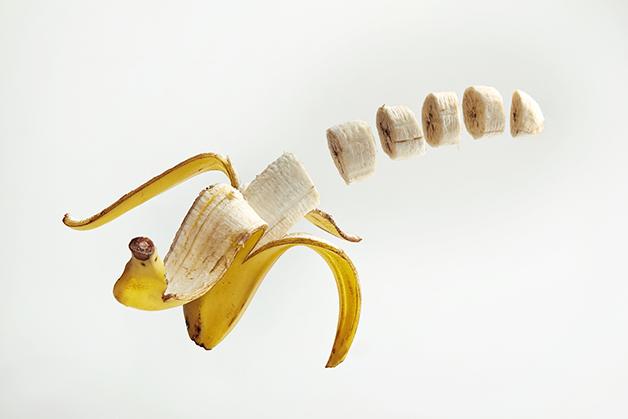 Uma banana aberta e fatiada