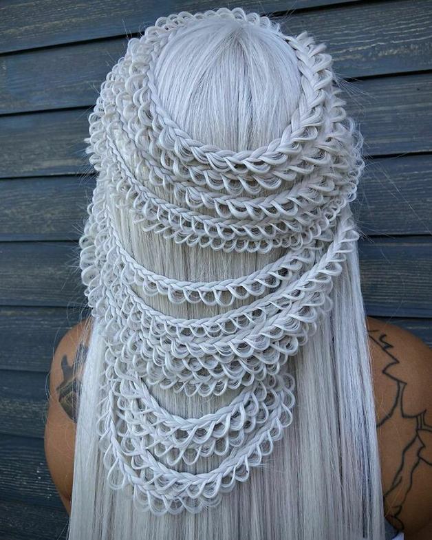 Penteado branco e trançado feito por Alejandro Lopez