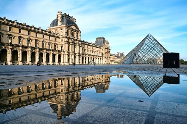 A frente do Museu do Louvre, com sua icônica pirâmide diante da entrada
