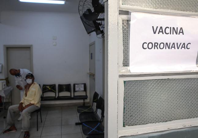 Vacina e racismo: brancos são 2 vezes mais vacinados do que negros, diz Agência Pública