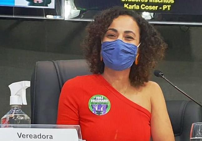 Vereadora sofre com machismo no Dia da Mulher e é censurada por blusa com ombro à mostra