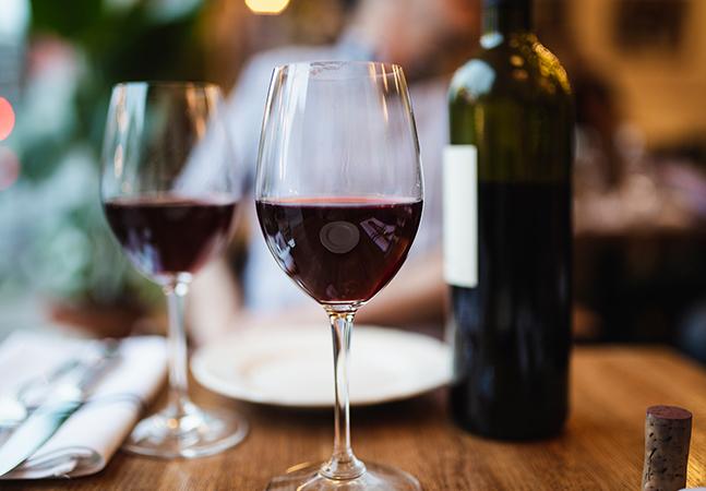 Bebidas alcoólicas pesam no aumento da emergência climática, mas pouco é dito sobre o tema