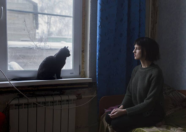 Uma moradora de Lacútia e seu gato
