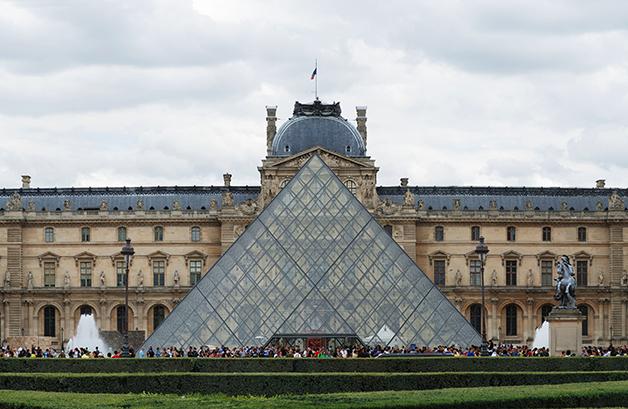 Entrada e pirâmide do Museu do Louvre, em Paris