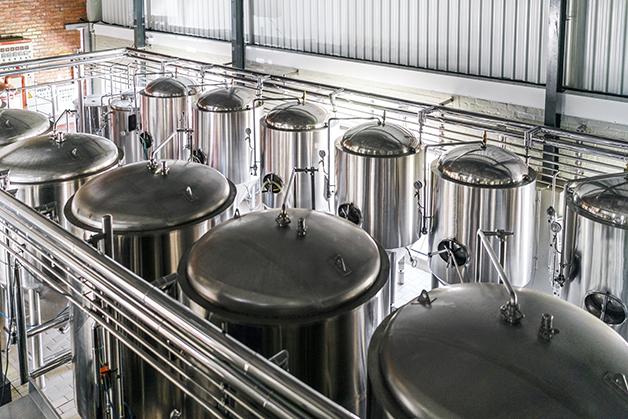 Cubas de metal em uma fábrica de cerveja