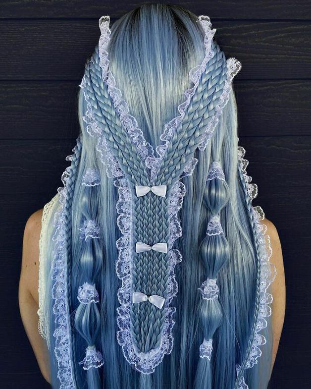 Penteado azul e trançado feito por Alejandro Lopez