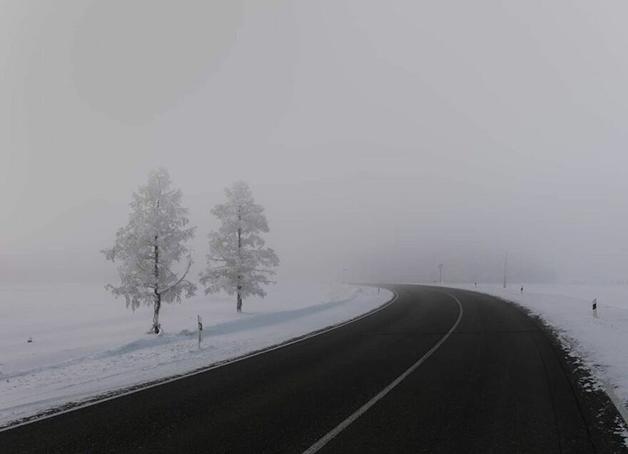 Estrada coberta de neve em Lacútia