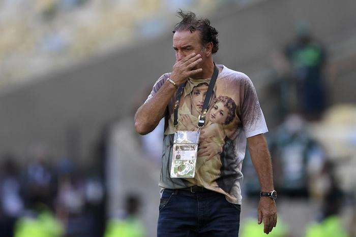 Cuca com camisa de Nossa Senhora Aparecida como treinador do Santos