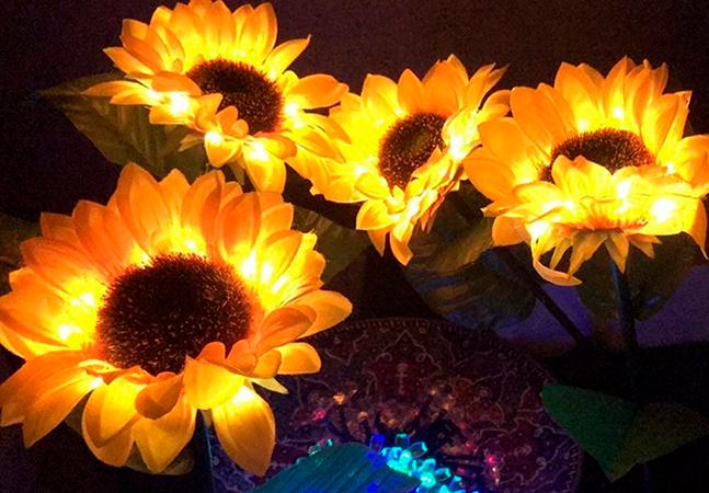 """Essas luminárias de girassóis imitam as flores reais e também se """"alimentam"""" da luz solar"""
