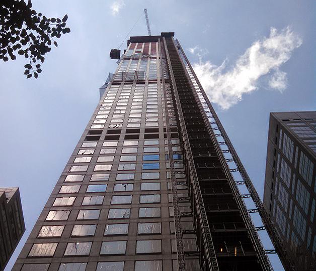 O edifício 432 Park Avenue visto da rua 56, em Nova York
