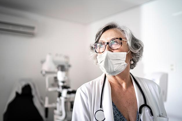 Médica vestindo máscara