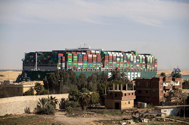 O cargueiro da Evergreen já posicionado para liberar o canal de Suez