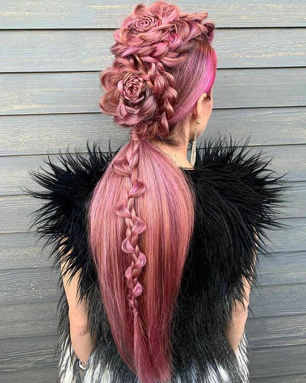 Penteado cor-de-rosa e florido feito por Alejandro Lopez