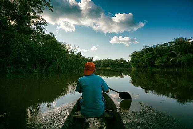 Pescador nativo em trecho da Amazônia peruana