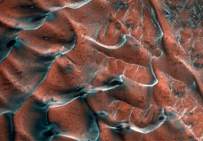 Nasa publica fotos de dunas em Marte com água congelada