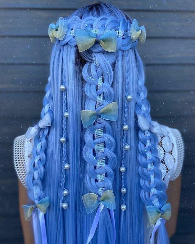 Penteado azul, trançado e com detalhes feito por Alejandro Lopez