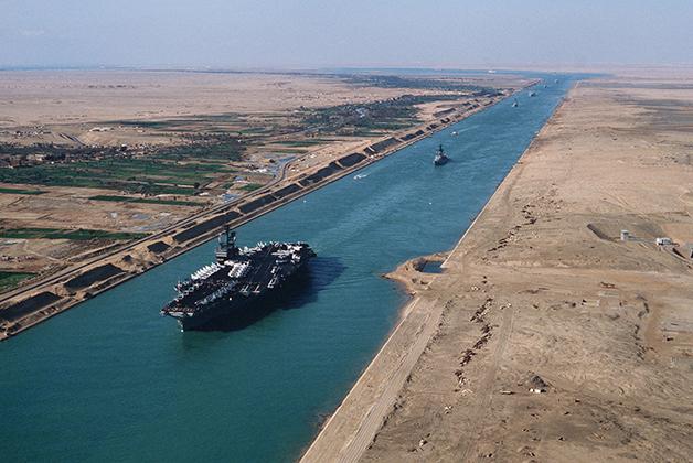 Um porta-avião estadunidense cruzando o canal na década de 1980