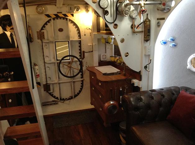 """Interior do """"Yellow Submarine"""" disponível para aluguel no AirBnb na Nova Zelândia"""