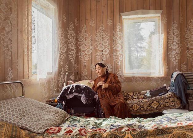 Uma moradora de Lacútia em casa