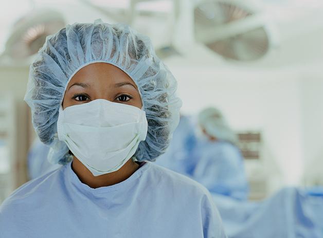 Enfermeira vestida com equipamento de segurança