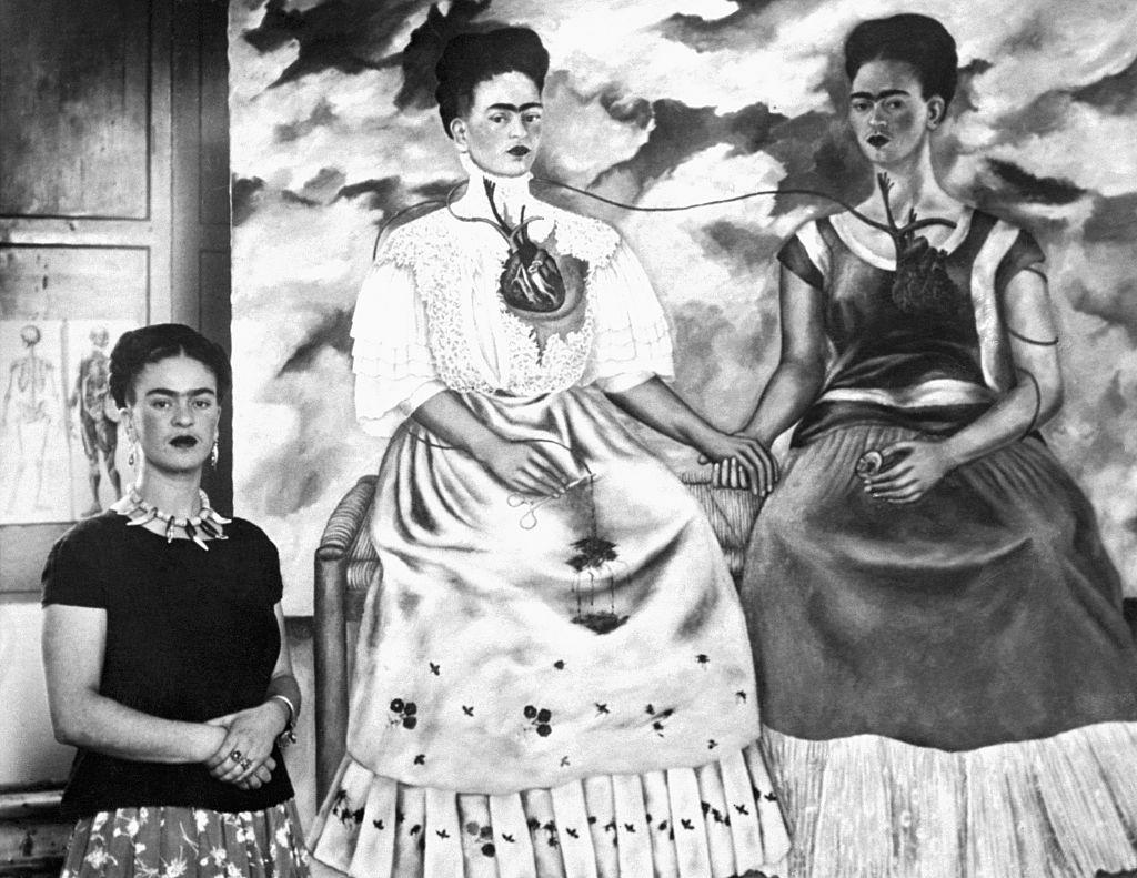 """Frida Kahlo ao lado da pintura """"Me Twice"""", em 24 de outubro de 1939."""