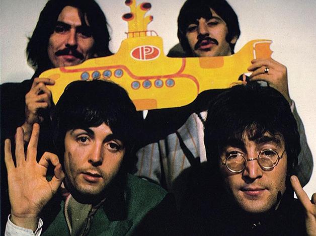 Os Beatles à época do longa de animação carregando um Submarino Amarelo