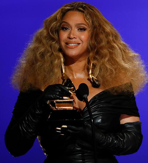 Beyoncé e Blue Ivy reinam em 'Grammy' familiar; Cardi B canta funk com batida de DJ carioca