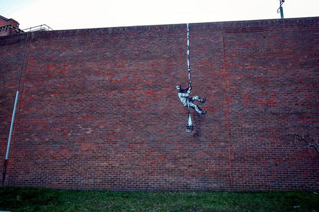 obra de Banksy no muro do presídio em Reading, na Inglaterra