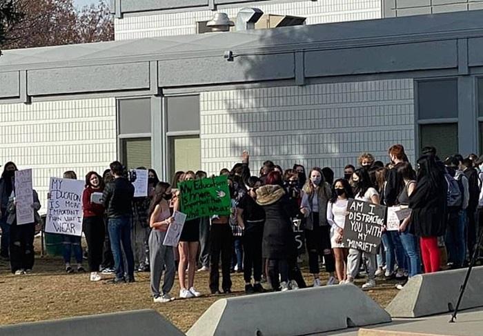 estudantes manifestando contra machismo