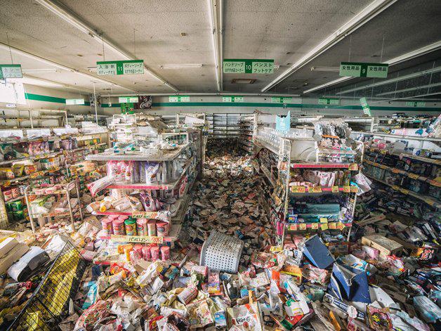 Um supermercado destruído, ainda em 2016, quando Keow Wee Loong fotografou a Zona de Exclusão