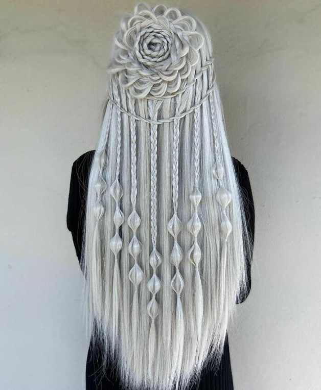 Penteado cinza e trançado com flores feito por Alejandro Lopez