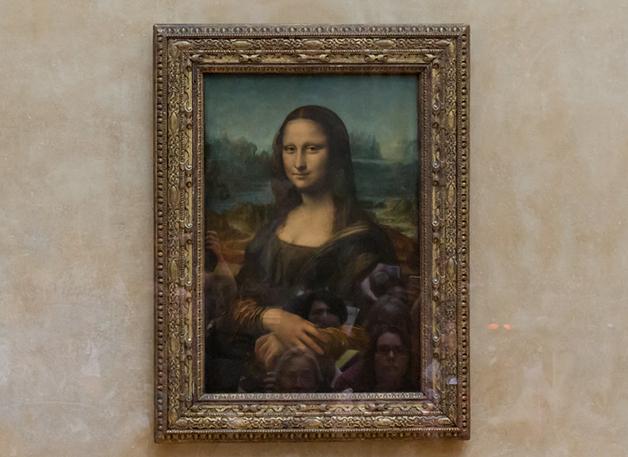 A Mona Lisa, de Leonardo Da Vinci, na parede do Museu do Louvre