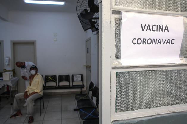 Vacinação em um posto de saúde em São Paulo