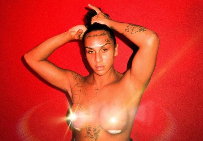 Linn da Quebrada comemora silicone nos seios e se diz 'livre para não ser homem nem mulher'