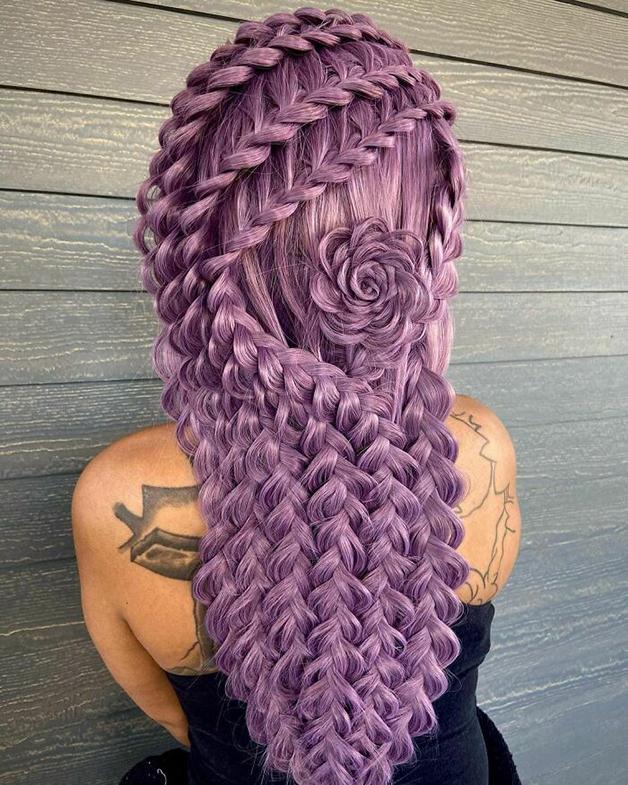 Penteado roxo, florido e trançado feito por Alejandro Lopez