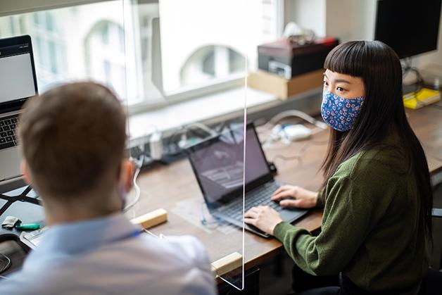 Escritório com equipamento de segurança contra a pandemia